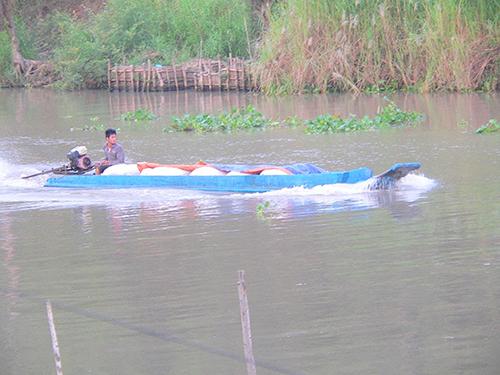 Vận chuyển đường lậu trên kênh Vĩnh Tế, huyện Tịnh Biên, tỉnh An Giang  Ảnh:  ĐINH THANH VÂN