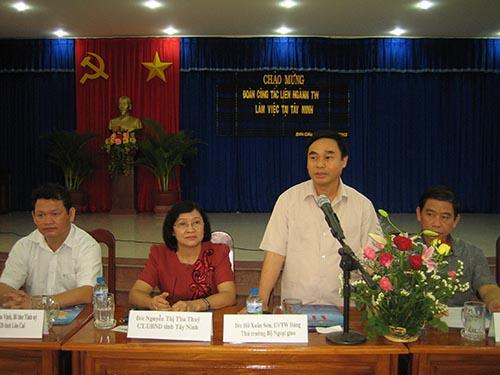 Thứ trưởng Bộ Ngoại giao Hồ Xuân Sơn (đứng) là một trong số ít thứ trưởng giỏi ngoại ngữẢnh: Tây BÌNH