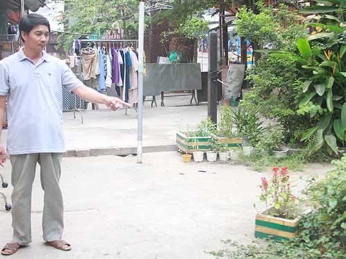 Ông Vũ Công Quát trên mảnh đất là lối đi duy nhất của nhiều hộ dân sắp bị đem bán đấu giá