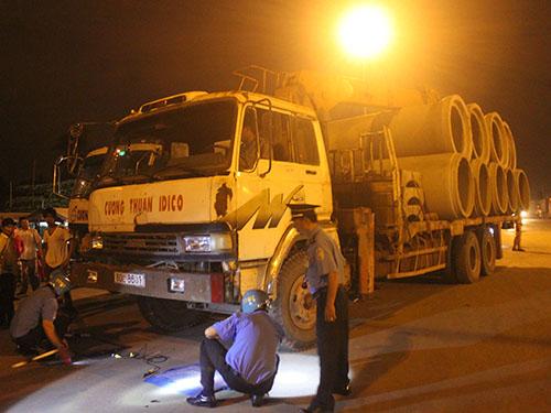 Một xe chở quá tải bị lực lượng CSGT, thanh tra giao thông chặn bắtẢnh: Thành Đồng