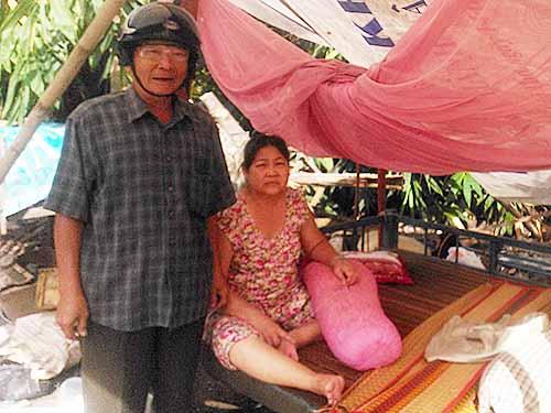 Gia đình ông Liêng Văn Tó sống trong căn lều che tạm bợ sau khi nhà đất bị cưỡng chế