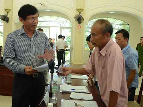 Người dân bị thu hồi đất trao đổi với lãnh đạo TP Đà Nẵng về việc bị thu hồi đất tại buổi đối thoại