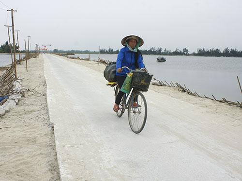 Tuyến đường vắt ngang nhánh sông Thu Bồn do người dân đảo Đông Bình góp công, góp của xây dựng