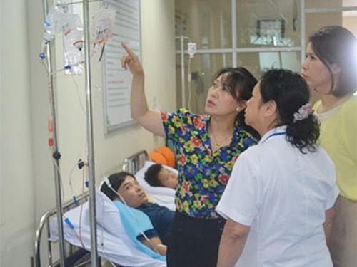 Kiểm tra một phòng khám tư có nhiều sai phạm ở Hà Nội Ảnh: NGỌC DUNG