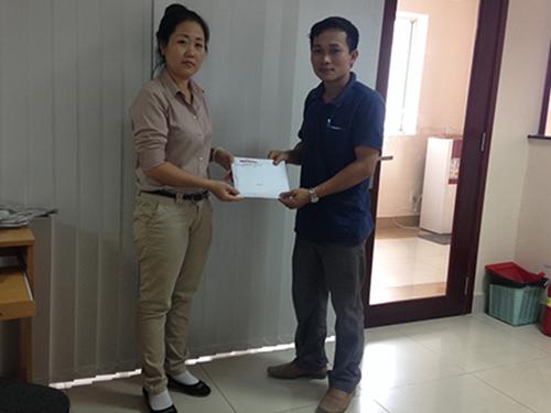 Ông Nguyễn Văn Xuân, đại diện Công ty CP Bê-tông ly tâm Thủ Đức, trao tiền ủng hộ ngư dân và cảnh sát biển Việt Nam Ảnh: P.Đỗ
