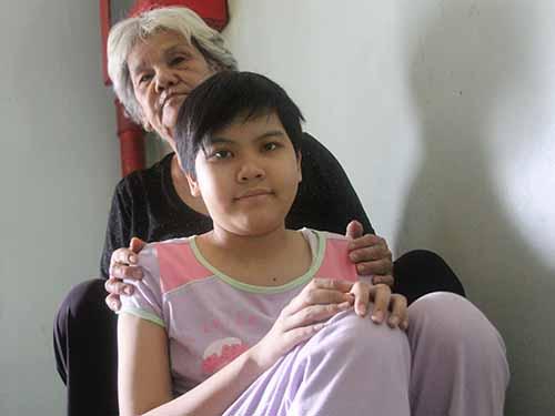 Bà Huỳnh Thị Lan và cháu Huỳnh Thị Ngọc Trầm đang trị bệnh tại Bệnh viện Ung Bướu TP HCMẢnh: SỸ ĐÔNG