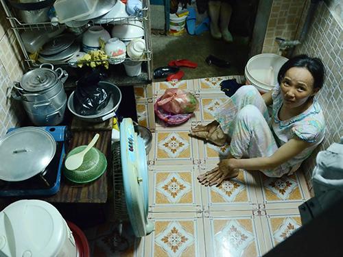 Nơi trú ngụ của gia đình chị Nguyễn Thị Sáu chỉ rộng khoảng 4 m2 vừa là chỗ ăn, ngủ, sinh hoạt...