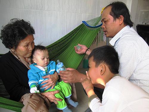 Gia đình anh Tiến quây quần bên bé Kim trong ngày Tết