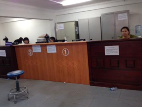Trong khi bên ngoài nhiều người phải chờ nộp hồ sơ đổi giấy phép lái xe thì bên trong nơi giải quyết hồ sơ vẫn vắng hoe