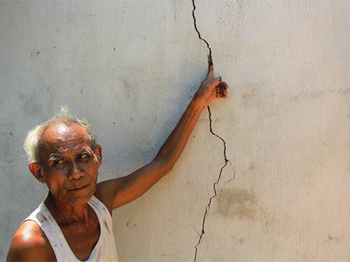 Vết nứt do các trận động đất tại nhà một người dân ở xã Trà Đốc, huyện Bắc Trà My, tỉnh Quảng Nam.Ảnh: Trần Thường