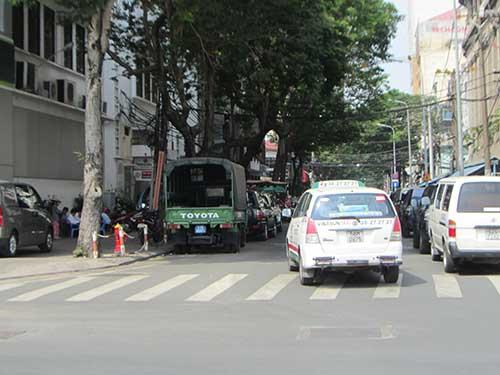 Lòng đường Pasteur bị biến thành bãi đậu xe, gây khó khăn cho người tham gia giao thôngẢnh: Trương Thảo