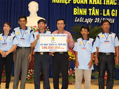 Ông Nguyễn Văn Tín, Phó Tổng Biên tập Báo Người Lao Động (thứ 3 từ phải qua), trao tiền hỗ trợ ngư dân Nghiệp đoàn Khai thác hải sản Bình Tân-La GiẢnh: Bạch Long