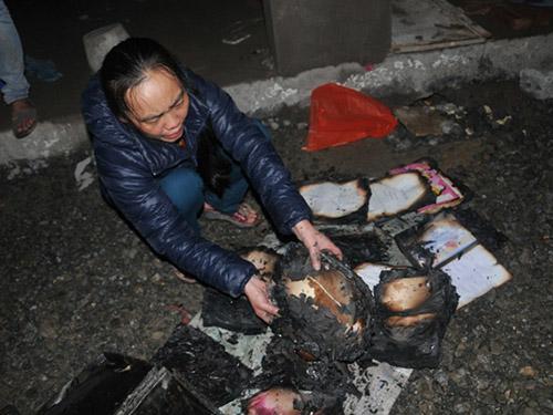 Một tiểu thương mót tài sản của mình trong vụ cháy chợ Phố Hiến