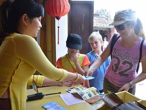 Du khách nước ngoài mua vé tham quan phố cổ Hội An tại quầy vé ở Chùa Cầu