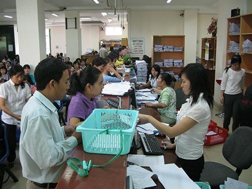 Doanh nghiệp làm thủ tục đóng BHXH tại BHXH TP HCM. Ảnh: Trường Hoàng