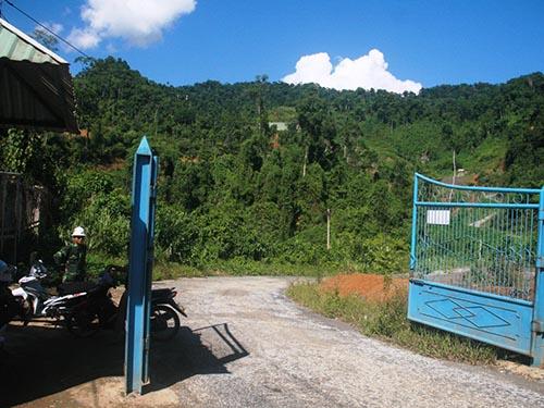 Dù đã ngừng hoạt động, Công ty TNHH Vàng Phước Sơn luôn có người canh giữ, không cho người lạ tiếp cận