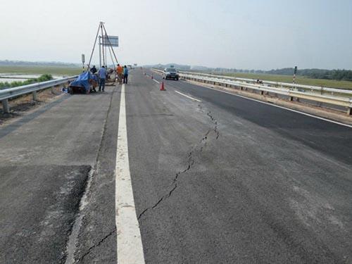 Một đoạn bị nứt trên đường cao tốc Nội Bài - Lào Cai Ảnh: Nam Long