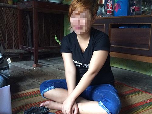 Chị Lê Hoàng R. khóc nghẹn khi kể lại chuỗi ngày tủi nhục ở Malaysia