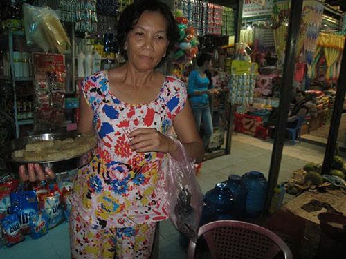 Bà Phan Ngọc Trân đã trắng tay sau một thời gian buôn bán ế ẩm ở chợ tạm, giờ phải đi bán bánh dạo kiếm sống qua ngày