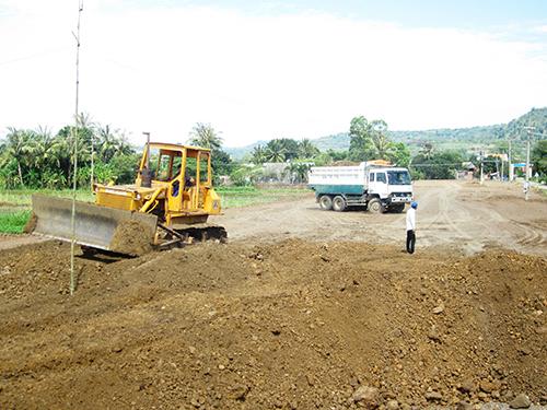Các khu tái định cư ở tỉnh Phú Yên vẫn chưa san lấp xong mặt bằng thì làm sao buộc người dân di dời để giao mặt bằng thực hiện dự án mở rộng, nâng cấp Quốc lộ 1AẢnh: Hồng Ánh