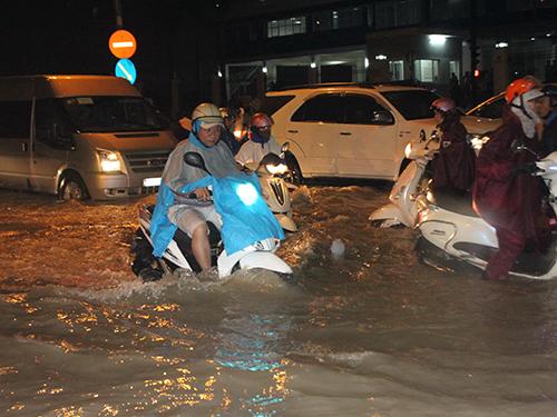 Triều cường gây ngập nặng khu vực đường Lương Định Của, quận 2, TP HCM Ảnh:  Hải Liên