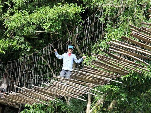 Người dân luôn đánh cược tính mạng của mình với những cầu treo rất nguy hiểm như thế này Ảnh: Tử Trực
