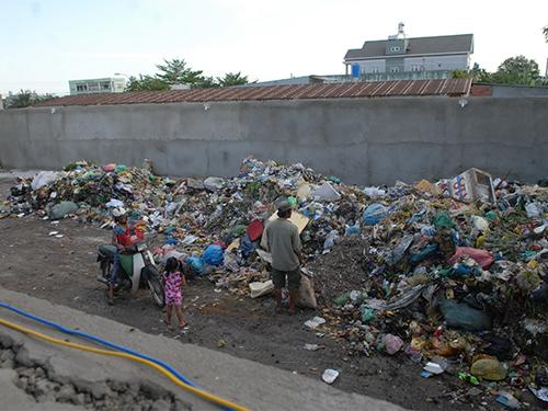 Bô rác nằm sát khu dân cư gây ảnh hưởng nghiêm trọng đến đời sống của người dân trong khu vực