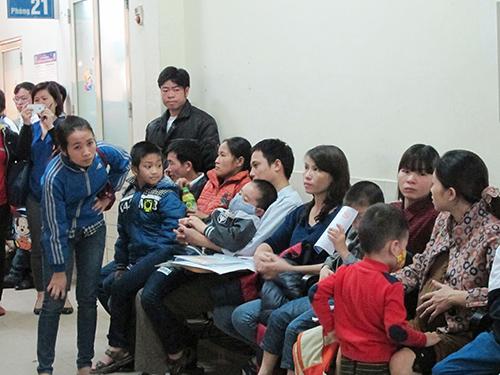 Nhiều trẻ bị kiến ba khoang đốt đến khám tại Bệnh viện Nhi trung ương