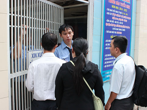 Bảo vệ do hiệu trưởng thuê kiên quyết không cho nhân viên của trường vào làm việc