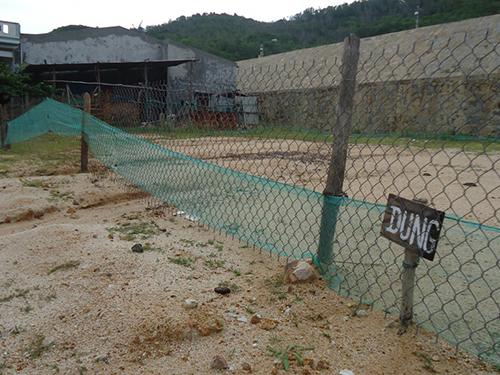 """Một số người lấn chiếm đất khu tái định cư Nhơn Hải, dựng bảng ghi tên """"xí phần"""""""
