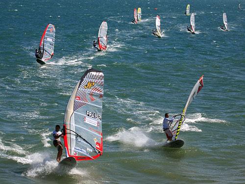 Lướt ván buồm trên biển Mũi NéẢnh: Bạch Long