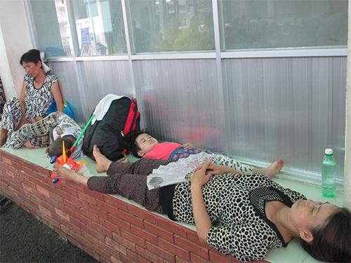 Dọc hành lang và ngõ vào Bệnh viện Nhi Đồng 2, các bệnh nhi và cha mẹ phải ngủ nghỉ ngay trên hành lang lối vào