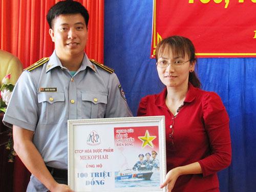 Bà Phan Thị Lan Hương, Phó Tổng Giám đốc Công ty CP Hóa dược phẩm Mekophar, trao tặng 100 triệu đồng cho lực lượng kiểm ngư