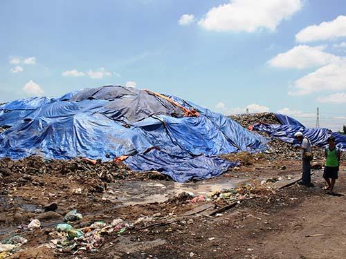 Trong khi nhà máy xử lý rác thải của Công ty Phương Thảo không có rác để xử lý (ảnh trên) thì tại TP Cần Thơ, rác đọng thành núi (ảnh dưới)