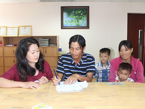 Vợ chồng chị Nguyễn Thị Thêm nhận tiền hỗ trợ của bạn đọc tại  Báo Người Lao Động vào sáng 7-10Ảnh: Trường Hoàng