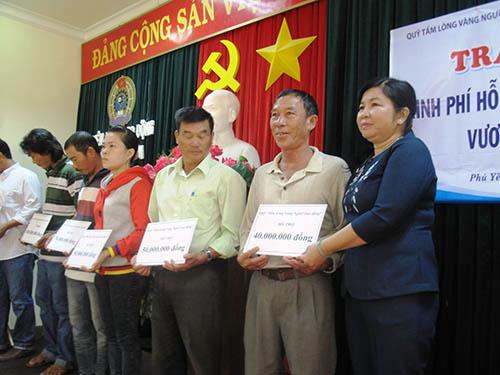 Bà Nguyễn Thị Thu Vân, Chủ tịch LĐLĐ tỉnh Phú Yên,  trao tiền hỗ trợ cho ngư dân từ Quỹ Tấm lòng vàng Người Lao Động
