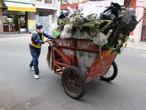 Công nhân Công ty TNHH MTV Môi trường và Đô thị Nha Trang lao động vất vả nhưng quyền lợi được hưởng không thỏa đáng