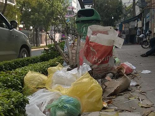 Nhiều người vứt rác ra đường dù ngay cạnh đó có thùng rác