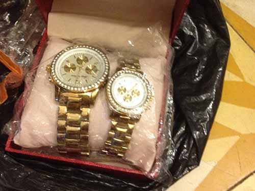 Cặp đồng hồ dỏm của Công ty Đồng Tâm gửi đến khách hàng kèm cả phiếu bảo hànhẢnh: TRƯỜNG HOÀNG