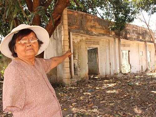 Bà Phạm Thị Nuôi bên khu đất của HTX Đất Đèn do các xã viên góp tiền mua