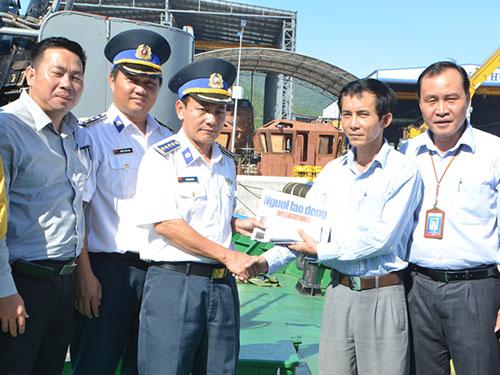 Đoàn công tác trao tiền hỗ trợ Cảnh sát biển Vùng 2 Ảnh: Bích Vân