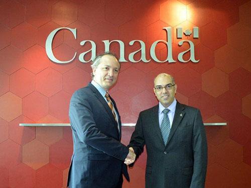 Ông Wayne Robson (phải) và ông Antony Nezic tại buổi công bố số tiền giúp đỡ nạn nhân bão Haiyan