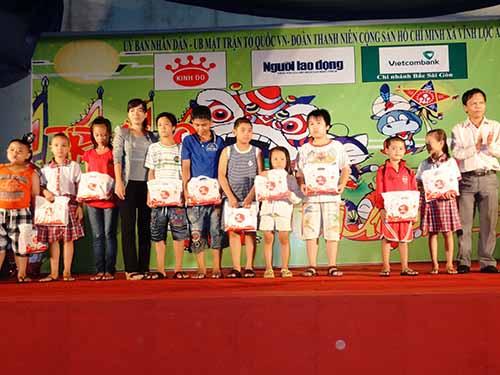 Các em nhỏ ở xã Vĩnh Lộc A, huyện Bình Chánh, TP HCM nhận bánh trung thu