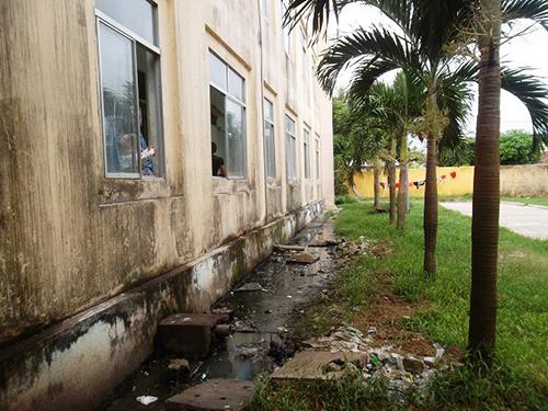 Nước thải y tế, nước thải sinh hoạt chảy tràn lan gây ô nhiễm trong bệnh viện