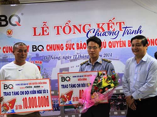 Ông Phan Hải, Giám đốc Công ty Giày BQ (bìa phải), trao tiền hỗ trợ cho đại diện Chi đội Kiểm ngư số 3