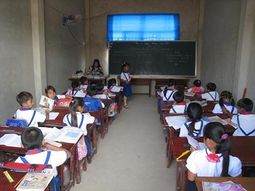 Nhiều tháng nay, học sinh Trường Tiểu học Trần Quốc Toản phải học trong những phòng tạm, tối tăm