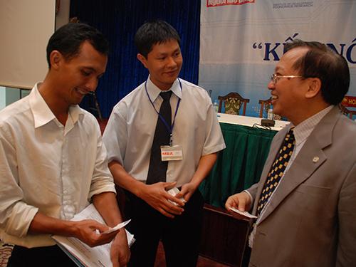 Giáo sư Hà Tôn Vinh (bìa phải) cho rằng cần phải hành động thực tế, minh bạch và quyết liệt trong việc ngăn chặn nạn phong bì trong cơ quan công quyền Ảnh: DUY QUỐC