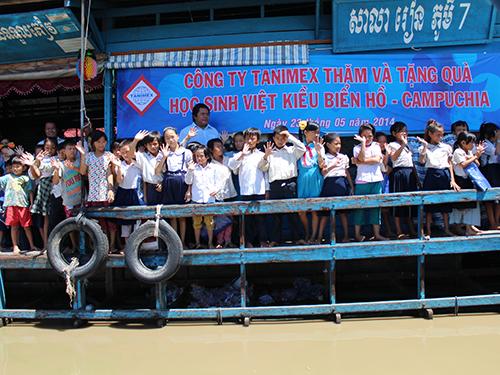 Học sinh Việt kiều đón đoàn công tác từ thiện của Tanimex
