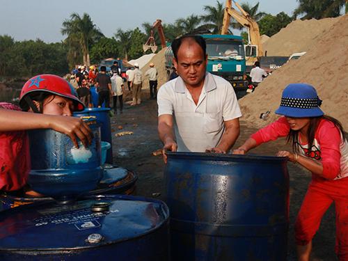 Người dân thu gom hóa chất đem bán cho thương lái