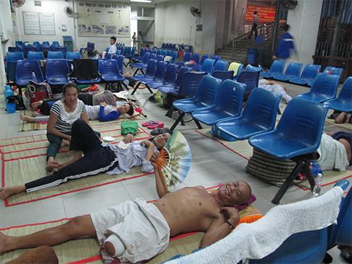 Người nhà và bệnh nhân phải vạ vật ngay khu chờ khám bệnh của Bệnh viện Chợ Rẫy